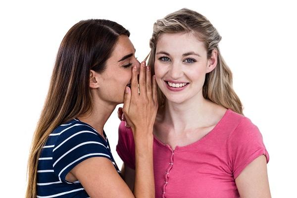 口コミ話す女性