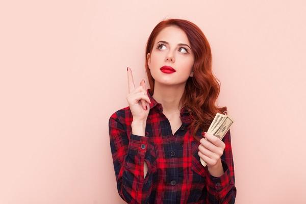 お金考える女性