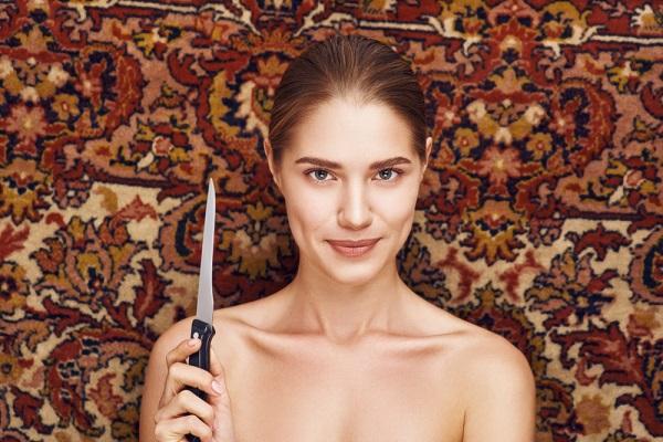 ナイフ持つ女性