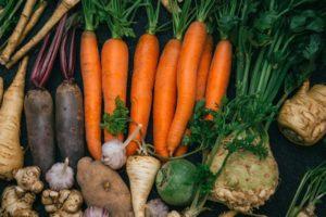 野菜並ぶ根菜類