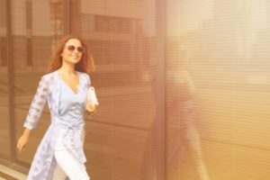 女性歩く街中