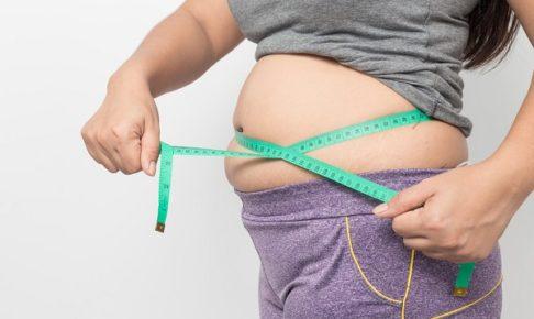 お腹測る女性