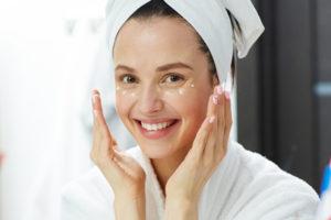 肌のケアをする女性