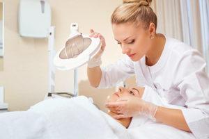 皮膚科でケアする女性