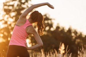 外運動する女性