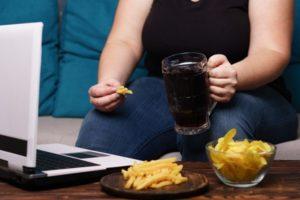 脂っぽい食事食べる女性