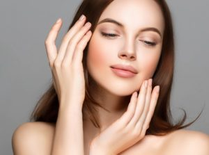 顔施術するインディバ