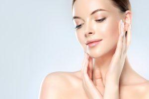 美容皮膚科治療する女性