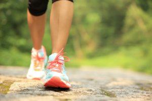 ウォーキング歩く女性